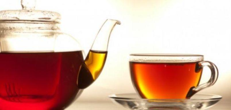 الشاي الأسود: يساعد على حرق دهون البطن والجسم بسبب قدرته المحتملة على تسريع عمليات الأيض وتعزيز تكاثر ونمو بكتيريا الأمعاء