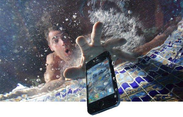 أخرج الهاتف من الماء