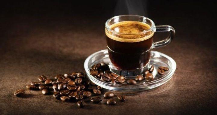 القهوة: غنية بالكافيين الذي قد يساعد على تسريع عمليات الأيض وتقليل كمية السعرات الحرارية التي يحتاجها الجسم للحصول على الطاقة.
