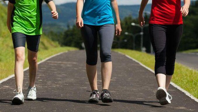 المشي لمدة 30 دقيقة يومياً على الأقل أو ممارسة تمارين القوة مفيد أيضاً لحرق الدهون.