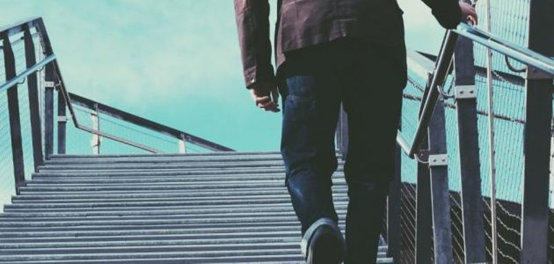 يمكن أيضاً استخدام بدائل صحية أثناء ممارسة الأنشطة اليومية، كاستخدام الدرج بدلاً من المصعد.